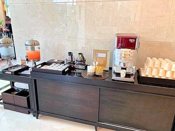 グランデセンターポイントホテルターミナル21(Grande Centre Point Hotel Terminal 21)のエントランスロビーにある無料のコーヒー類