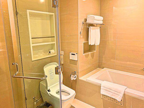 グランドセンターポイントホテルターミナル21(Grande Centre Point Hotel Terminal 21)のバスルーム1