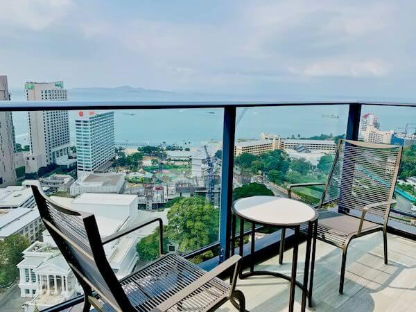 グランデ センター ポイント パタヤ(Grande Centre Point Pattaya)の客室バルコニーから見えるパタヤビーチ