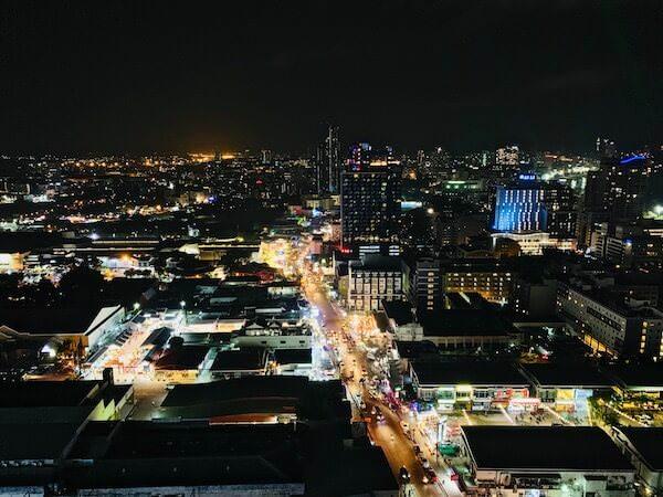 グランデ センター ポイント パタヤ(Grande Centre Point Pattaya)のバルコニーから見える夜景