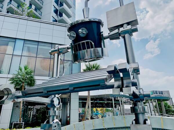 グランデ センター ポイント パタヤ(Grande Centre Point Pattaya)のプールにいるロボット