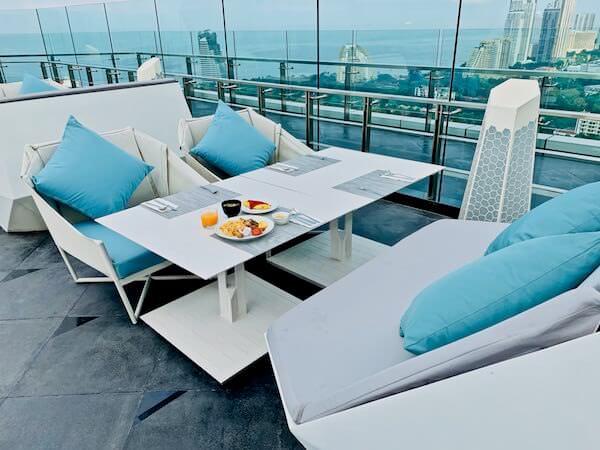 グランデ センター ポイント パタヤ(Grande Centre Point Pattaya)の朝食会場テラス席