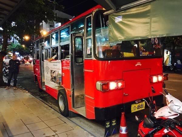 ソイ・トンローの赤バス