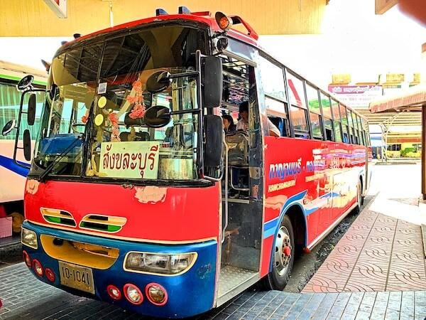 ヘルファイアパスメモリアル行きのNp.8203バス