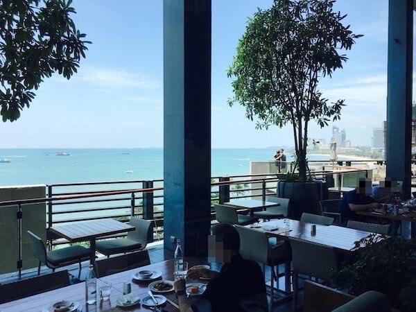ヒルトン パタヤ (Hilton Pattaya)のエッジテラス席