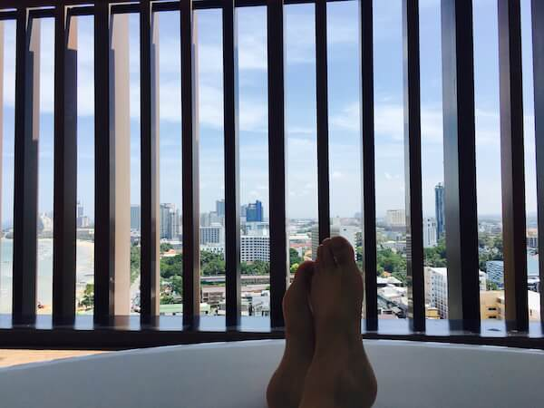 ヒルトン パタヤ (Hilton Pattaya)の客室テラスにあるバスタブ