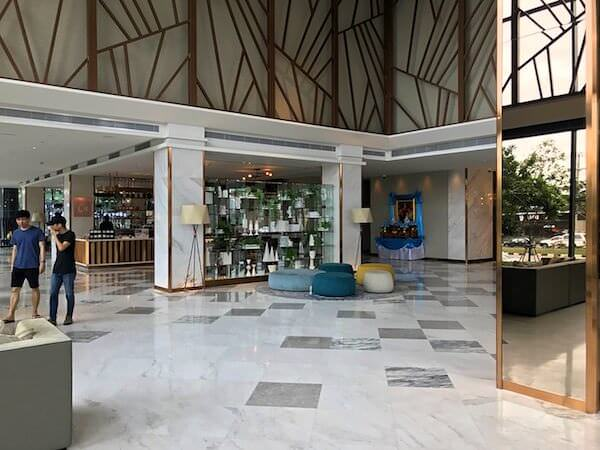 ホリデイ イン アンド スイーツ ラヨーン シティ センター(Holiday Inn and Suites Rayong City Centre)のレセプションロビー