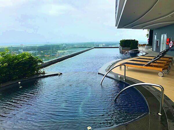 ホリデイ イン アンド スイーツ ラヨーン シティ センター(Holiday Inn and Suites Rayong City Centre)のプール1