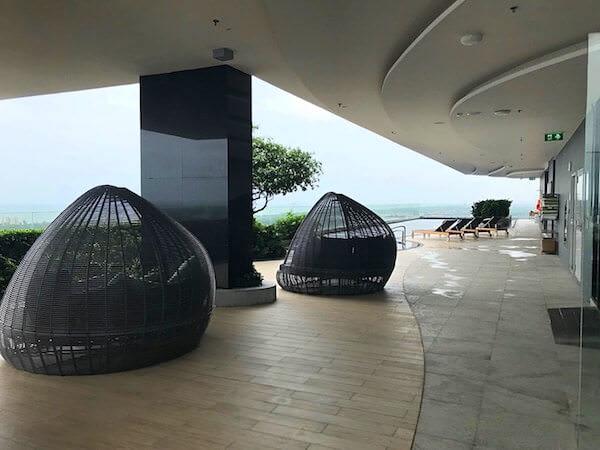 ホリデイ イン アンド スイーツ ラヨーン シティ センター(Holiday Inn and Suites Rayong City Centre)のプールにある日陰付きソファー