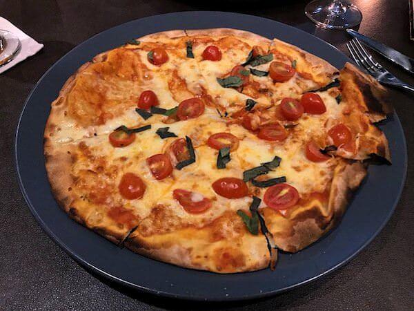 ホリデイ イン アンド スイーツ ラヨーン シティ センター(Holiday Inn and Suites Rayong City Centre)のレストランで食べたピザ