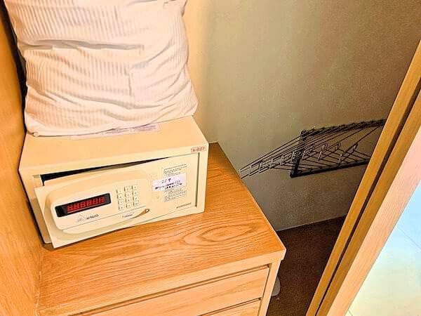 ホープランド エグゼクティブ サービス アパートメントのクローゼットとセーフティボックス