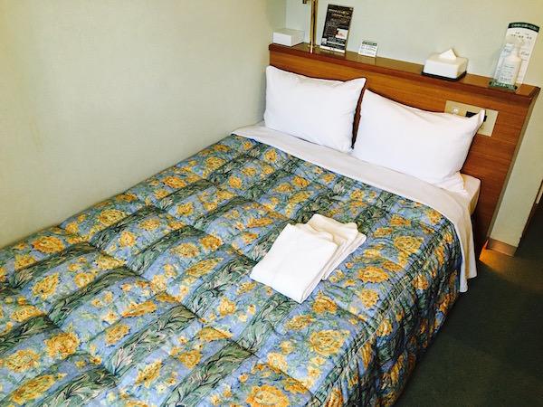 ホテル客室のベッド