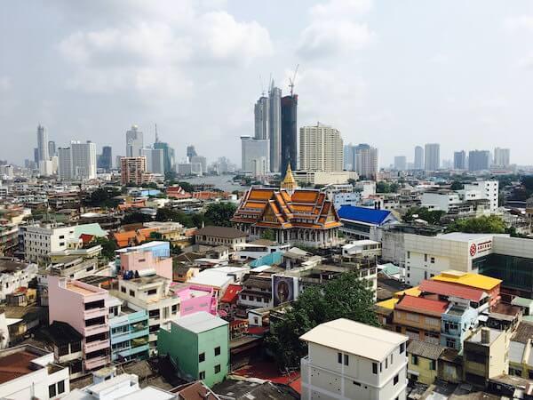 ホテル ロイヤル バンコク チャイナタウンの屋上プールから見える景色