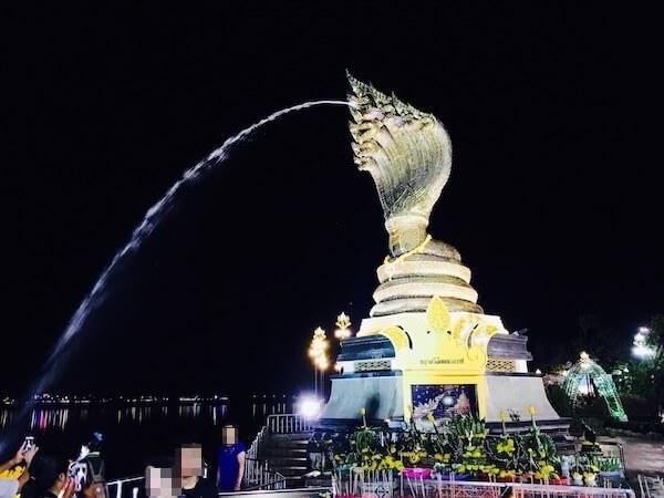 夜のナーガ像