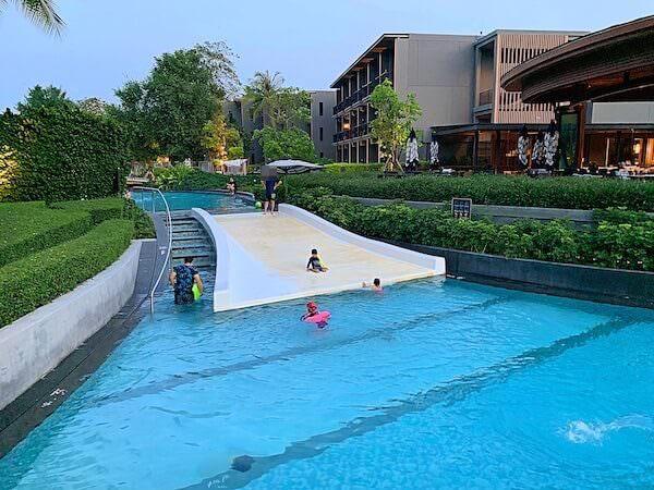 ホアヒン マリオット リゾート アンド スパ(Hua Hin Marriott Resort and Spa)の水路プールにある滑り台