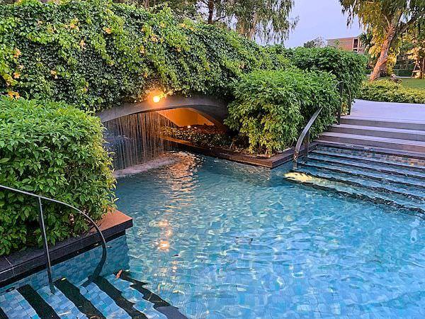 ホアヒン マリオット リゾート アンド スパ(Hua Hin Marriott Resort and Spa)の水路プールにある橋