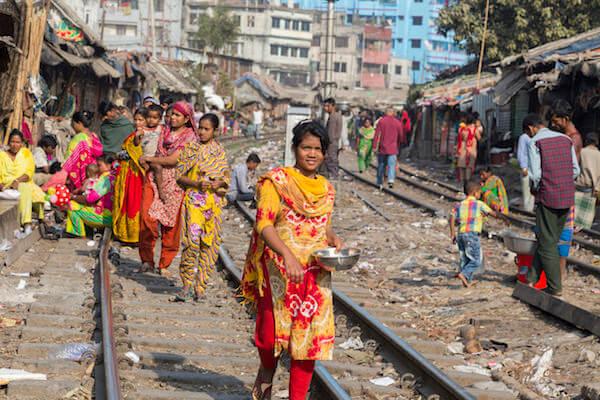 鉄道沿いのスラム街(インド)