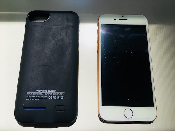 アイフォン本体とケース型モバイルバッテリー