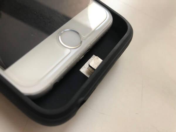 ケース型モバイルバッテリーの充電接続部