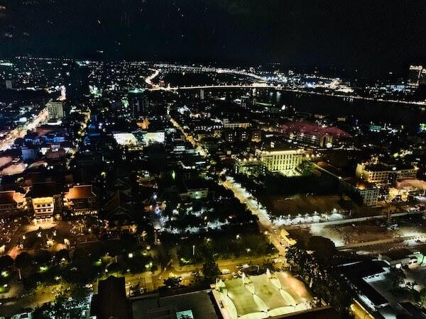 イザ(Iza, Japanese-Izakaya Restaurant)から見えるプノンペンの夜景