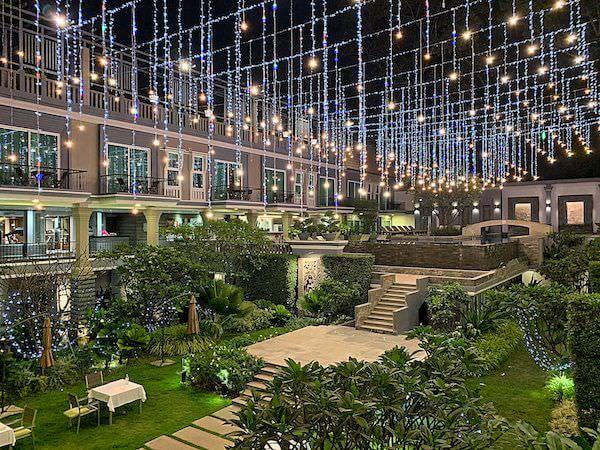 J7 ホテル(J7 Hotel)の中庭とプール(夜)