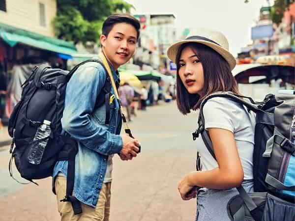 カオサン通りを歩く二人の日本人バックパッカー