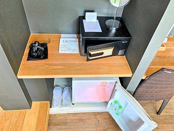カルム バーンセーン ホテル(Kalm Bangsaen Hotel)客室の冷蔵庫とセーフティボックス