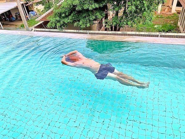 カルム バーンセーン ホテル(Kalm Bangsaen Hotel)のプールで水中ヨガ
