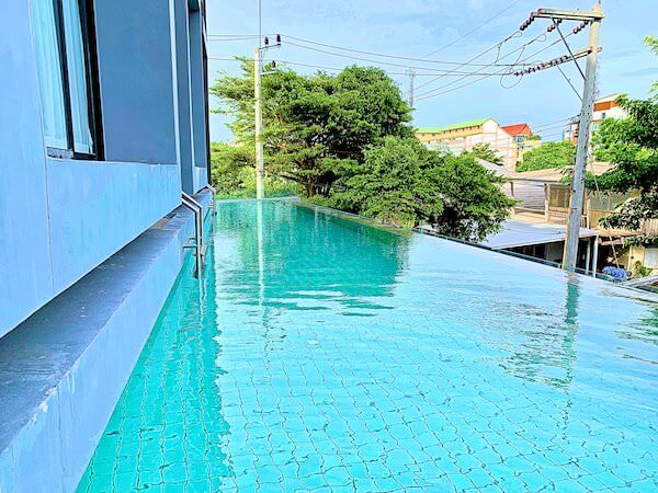 カルム バーンセーン ホテル(Kalm Bangsaen Hotel)のプール2