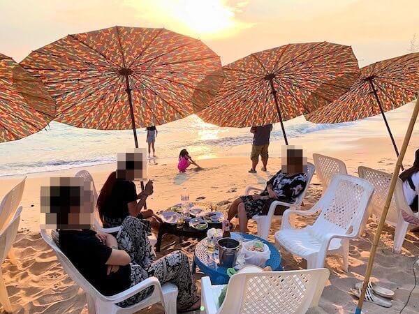 センチャンビーチ(Saeng Chan Beach)のビーチチェアとパラソル