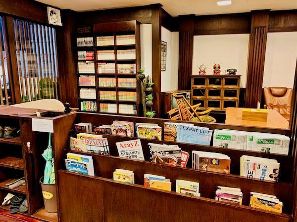 柏屋旅館タイホテル(Kashiwaya Ryokan Thai Hotel)のロビーにある日本語書籍