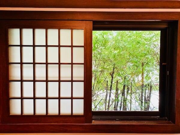 柏屋旅館タイホテル(Kashiwaya Ryokan Thai Hotel)の客室窓から見える竹