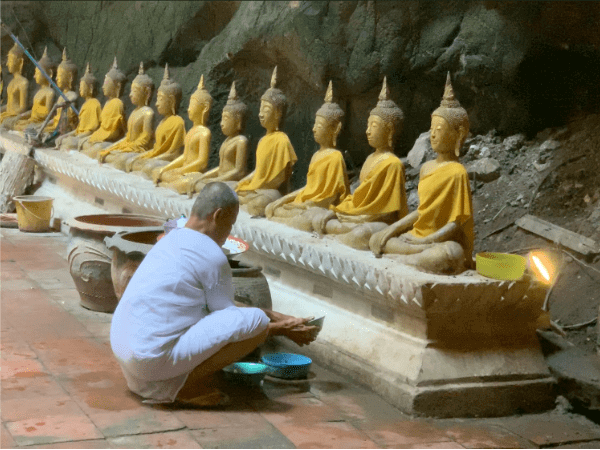 カオルアン洞窟で仏像を磨いている僧侶