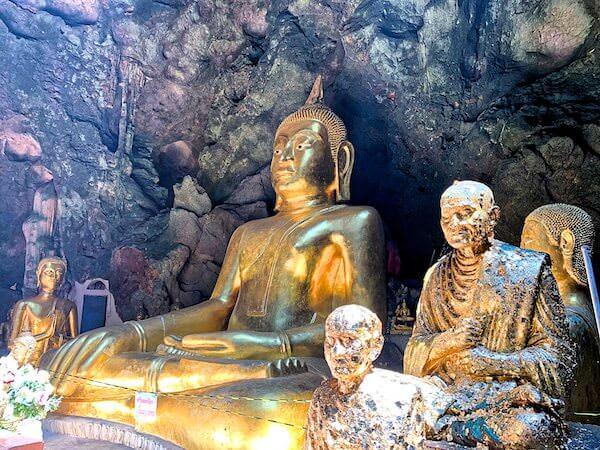 カオルアン洞窟に安置されている4mの巨大仏像