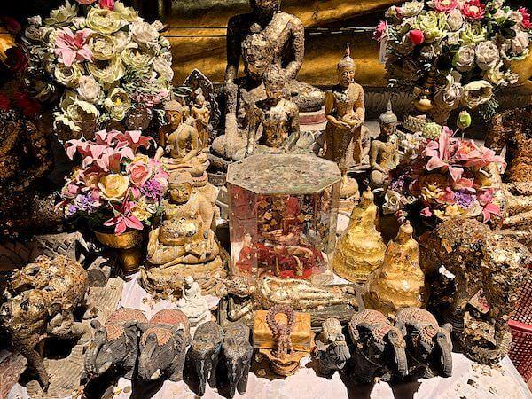 カオルアン洞窟内の仏像に供えられている人形