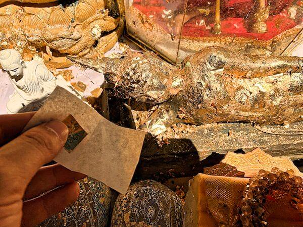 カオルアン洞窟でのタンブン
