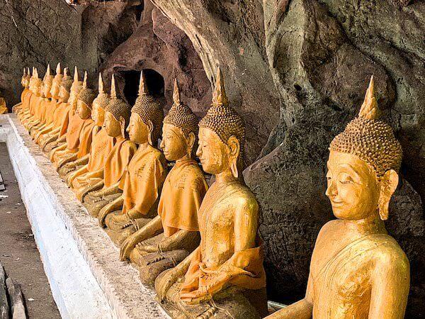 カオルアン洞窟内に安置されているたくさんの仏像