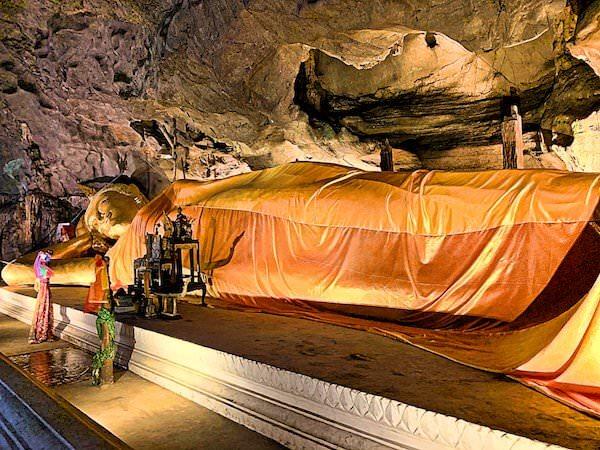 カオルアン洞窟内の巨大な涅槃仏