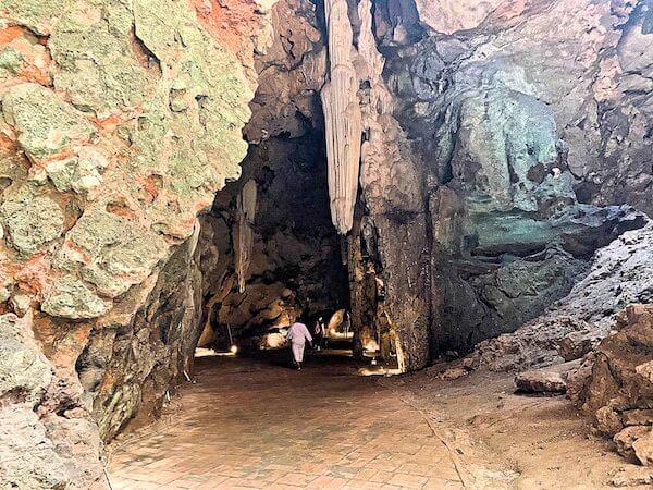 カオルアン洞窟のメインホールから抜ける道