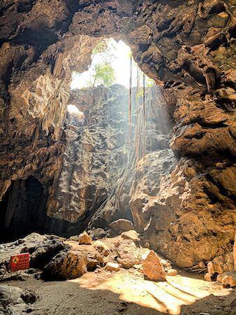 カオルアン洞窟の第二ホールに射し込む光