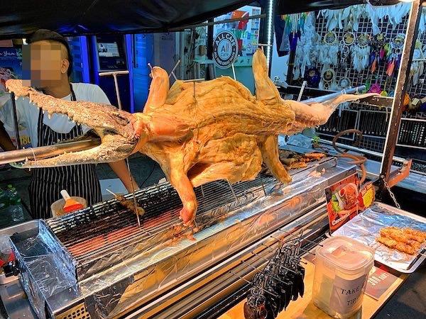 カオサン通りにワニ肉の屋台