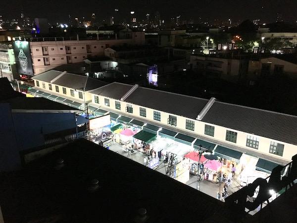 カオサン パレス ホテル(Khaosan Palace Hotel)のプールから見えるカオサン通り