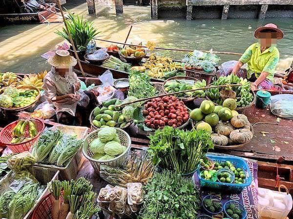 クローンラットマヨム水上マーケットで野菜を売っている商売船