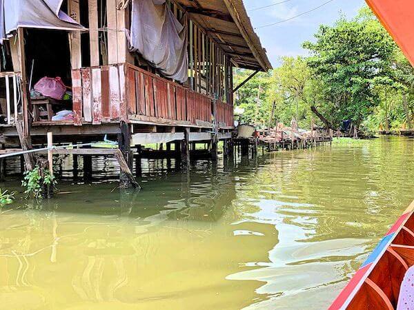 運河沿いにある村人の家屋