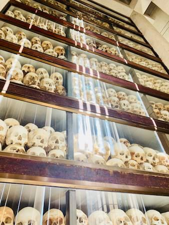 キリングフィールドの慰霊塔内にて鎮魂されている頭蓋骨