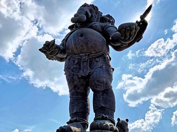 下から見上げたクローンクアン ガネーシャ公園(Klong Kuan Ganesha Park)の巨大ガネーシャ