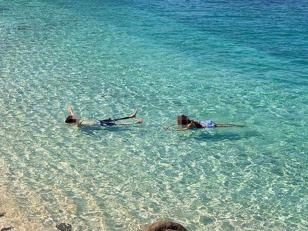 マンノーク島の透き通るような透明の海
