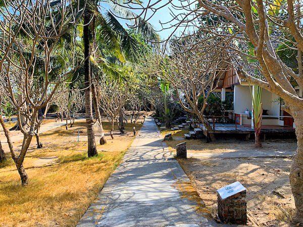 マンノーク島内の宿泊客用バンガローが並ぶエリア
