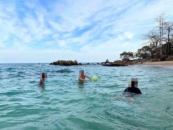 マンノーク島の岩場が多いビーチ
