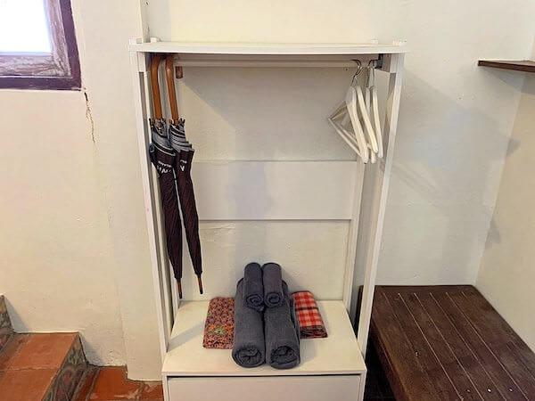 客室バンガローに完備している傘とバスタオル